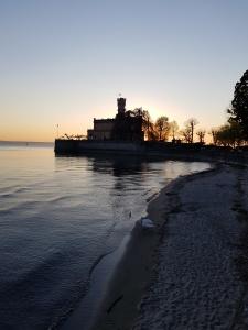 Schloss Montfort und Strand von Langenargen