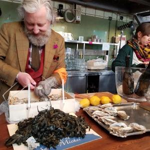 Veranstalter Jesper Ploug beim Austernöffnen